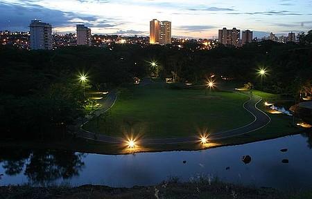 Ao ar livre - Cidade é repleta de áreas verdes