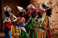Apenas homens participam da dança dos Mascarados