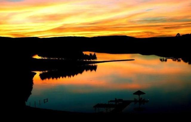 Pôr do sol, lago e brindes na Vinícola Villaggio Grando