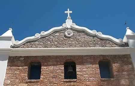 Igreja de São Sebastião - Preservada, igrejinha enfeita a paisagem