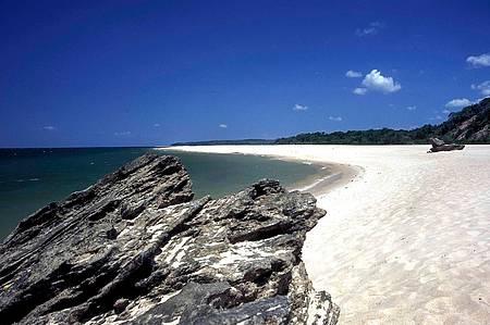 Ponta de Pedras - Areias branquinhas contrastam com as formações em bauxita