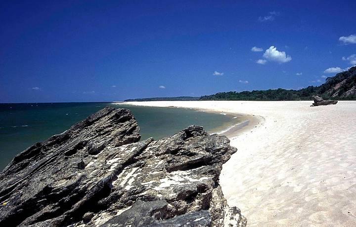 Areias branquinhas contrastam com as formações em bauxita
