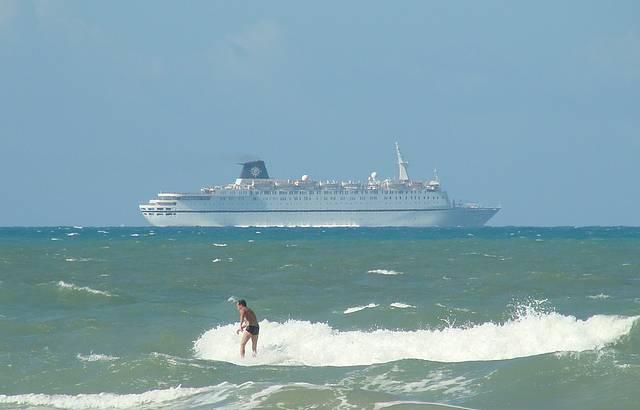 O surfista e o transatlântico.