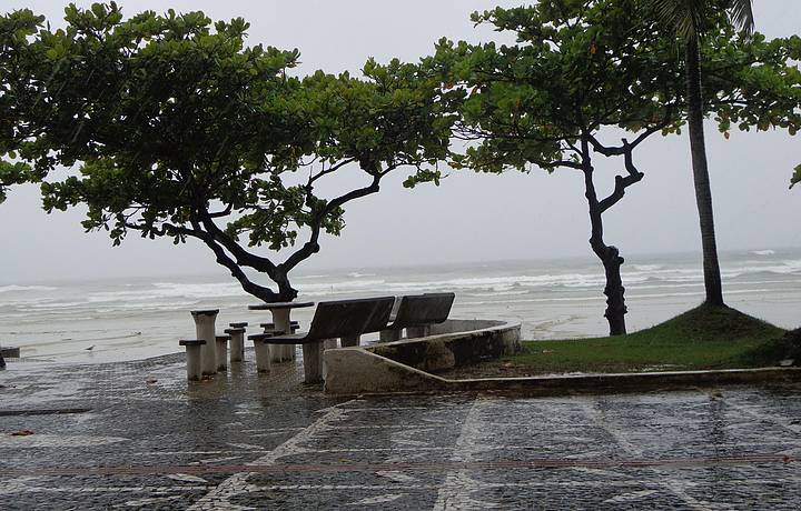 Fa�a chuva ou fa�a sol...praia do Tombo linda d++...!!!