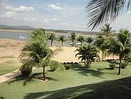 Quadra de vôlei de praia e lago Corumbá