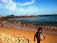 A praia recebe esse nome por estar localizada no bairro Bosque de Rio das Ostras