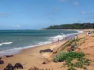 Bela praia com águas tranquilas.
