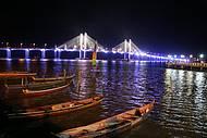 Barquinhos r�sticos dividem cen�rio com ponte moderna