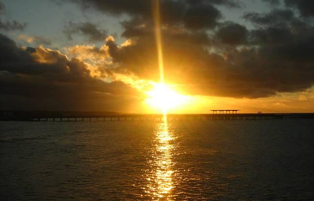 P�r-do-sol na praia de Iracema