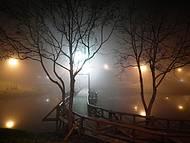Belíssima ponte em noite de frio e névoa na entrada do inverno