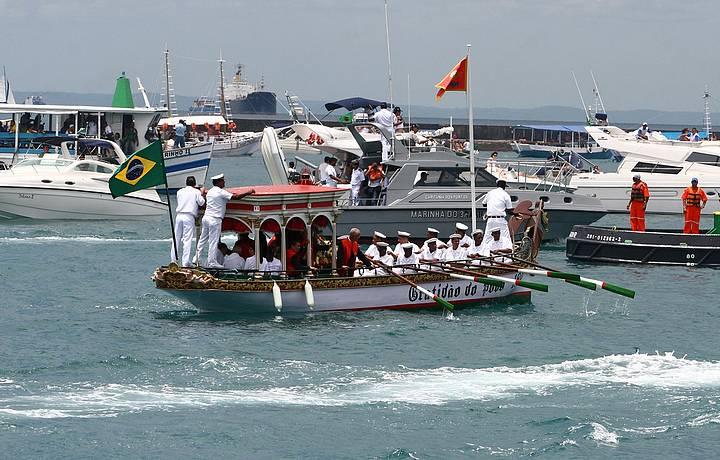 Barcos acompanham a procissão no início do ano novo