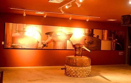 Museu da Cachaça - Iluminação valoriza os detalhes, como os alambiques de cobre