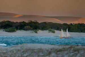 Jaguaribe: Passeios de jangada revelam paisagens deslumbrantes -