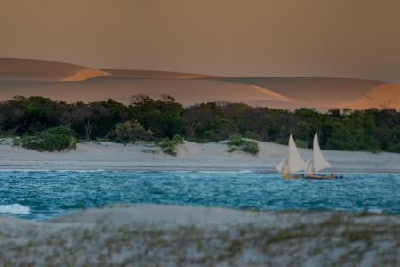 Jaguaribe - Passeios de jangada revelam paisagens deslumbrantes