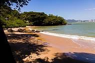 Praia do canto é tranquila e deserta