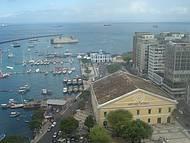Mercado modelo e de fundo o umbigo da Bahia, o Maravilhoso Forte de São Marcelo