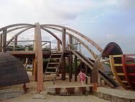 Praia da Costa Azul tem vários parques infantis,  diversos tipos de brinquedos.
