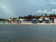 Barracas montadas no meio da lagoa fazem a alegria dos banhistas.