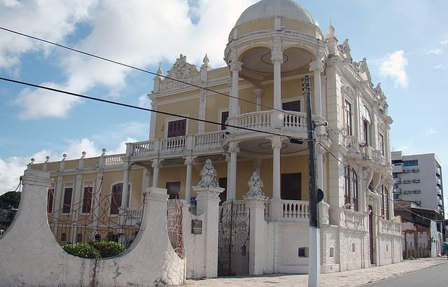 Vista lateral do Museu localizado na Av. da Paz, 1490 em Maceió