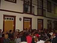 Músicos tocam canção preferida dos moradores de cada residência