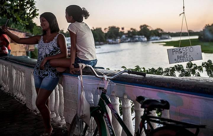 Às margens do rio, ofertas para passeio de barco