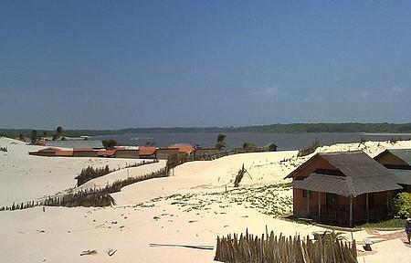 Uma praia muito rústica, situada entre o Rio e o Oceano Atlântico