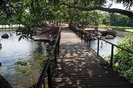 Thermas Lagoa Santa - Passarelas levam aos pontos para banho