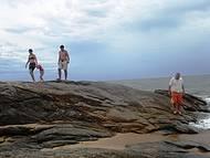 Em formato de ferraduras, com aguas tranquilas. Fica próximo a Praia da  Joana!