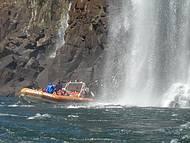 Banho de cachoeira no barco do Macuco Safari. Imperdível!