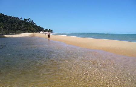 Arraial d`Ajuda - Praia com rio que encontra com o mar