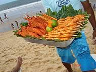 Ambulantes vendedo camarão e lagosta...preço em conta e delicioso