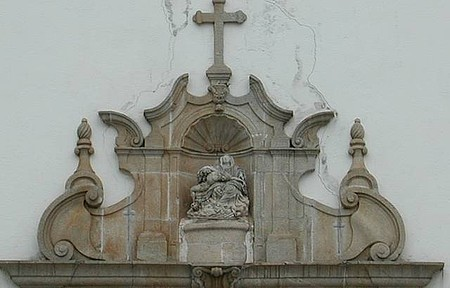 Igreja de N. S. da Piedade - Detalhe da fachada acima da porta principal