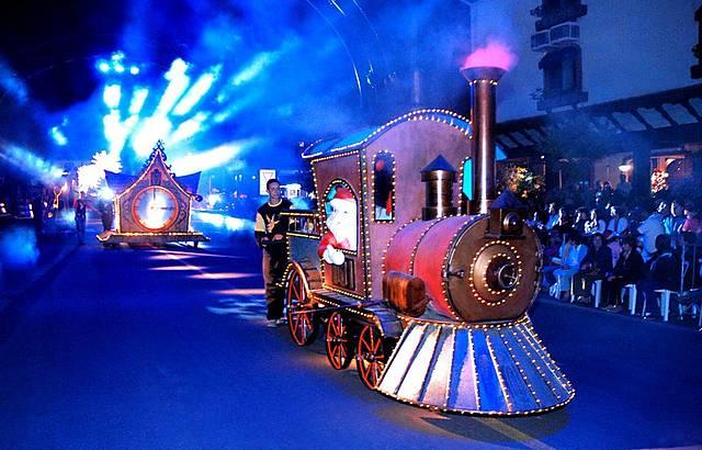 Parada de Natal reúne crianças e adultos
