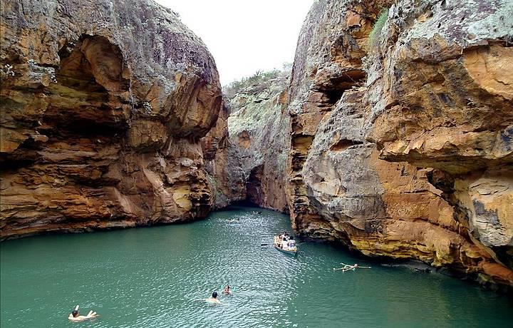 Passeios de barco levam �s aguas verdes e transparentes do Velho Chico