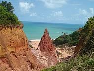 Fica entre as praias de Coqueirinho e Tambaba