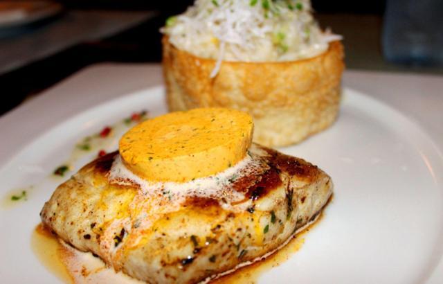 Peixe Mamanguá: lombo de peixe, medalhão de manteiga de urucum e risoto de coco