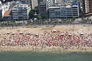 Verão é sinônimo de praia lotada em Ipanema