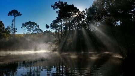 Ss - Luz, cores e sombras quando o sol começa a levantar