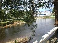 Rio que corta a cidade