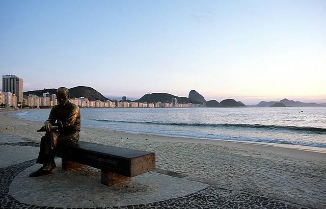 Estátua de Drummond atrai turistas e cariocas