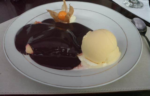 Crepe de morango com sorvete de creme e calda de chocolate quente