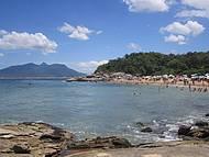 Praia da Joana com morro São João ao fundo