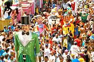 Bonecos Gigantes de Olinda animam os foli�es