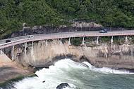Mar acompanha ciclistas no trecho da Avenida Niemeyer