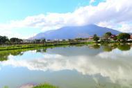 Lagoa do Jardim Pérola e pico da Ibituruna, com 1123 metros.