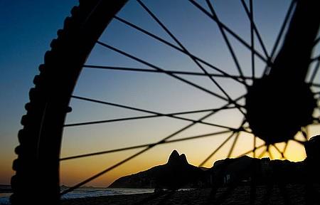 Pôr do sol é um convite para pedalar em Ipanema