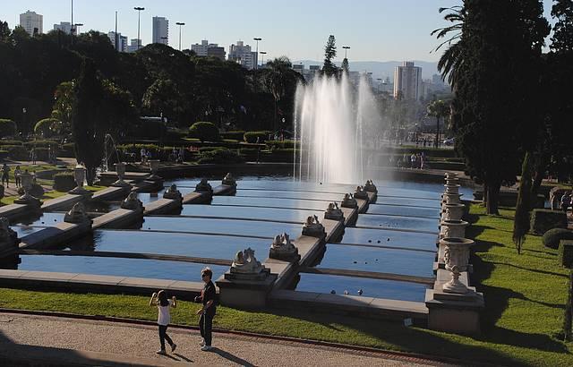 Espelhos d'água e fonte em frente ao museu.