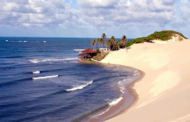 Linda praia onde tem os dromedarios