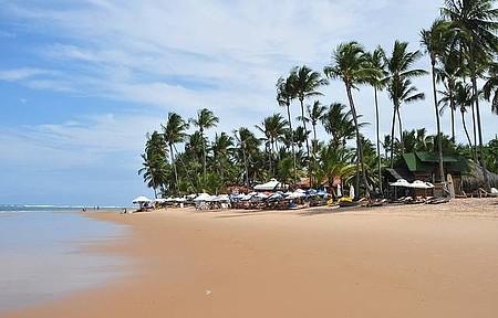 Piscinas naturais e barracas de praia emolduram cenário