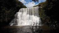 Bela cachoeira do Tio França é acessível por caminhada tranquila